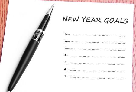 Penna e note di carta con nuovi obiettivi anno. Archivio Fotografico - 50398344
