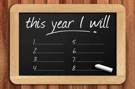 Pizarra en la mesa de madera escrito este año lo haré.