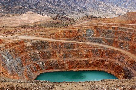 放棄された露天掘り鉱山のモハーベ砂漠で。