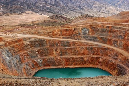 An abandoned open-pit mine in the Mojave Desert. Stock fotó