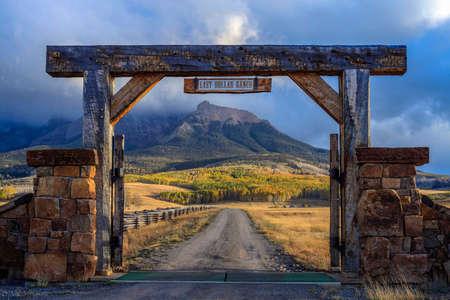 The famous Last Dollar Ranch gate overlooking the beautiful mountain peaks of the San Juan Mountains, near Ridgway, Colorado, USA Standard-Bild