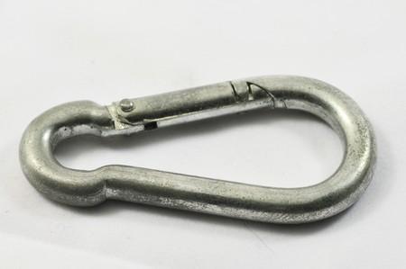 moschettone: Carabiner metallici di alluminio su un bianco backgroun
