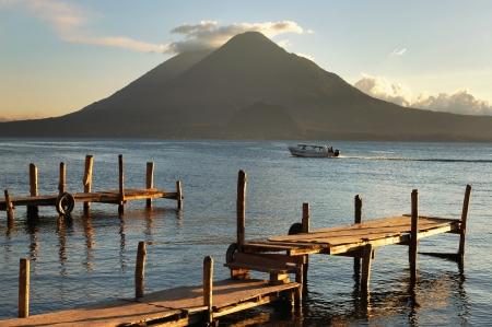 Pier op de Atitlan Lake in Guatemala bij zonsondergang