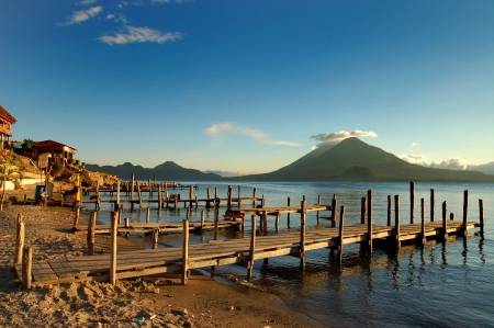 Pier op de Atitlan Lake in Guatemala bij zonsondergang Stockfoto - 20174218