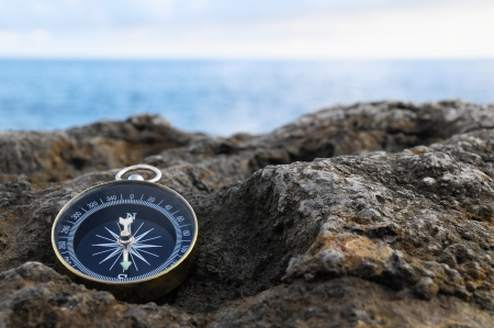 Orientation Concept - Analogic Compass Abandoned on the Rocks Banque d'images