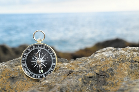 Orientation Concept - Analogic Compass Abandoned on the Rocks 스톡 콘텐츠