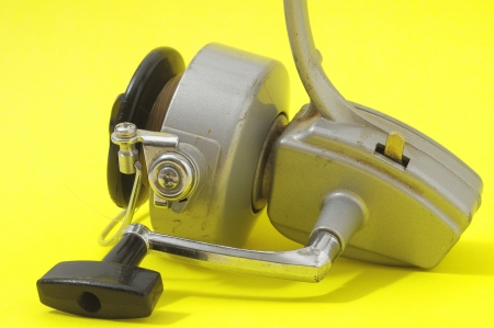 Un Vintage Old Fishing Reel sur un fond color� photo