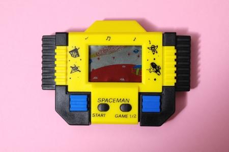 Een Oude Gele Vintage Videogame met vier knoppen