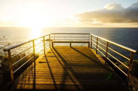 Zonsopgang op een pier over de Atlantische Oceaan in Tenerife Canarische Eilanden Spanje