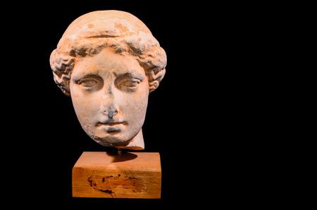 statue grecque: Chef du grec ancien Statue isol� sur un fond noir