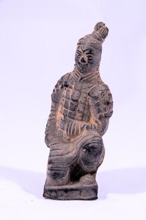 guerriero indiano: Statua fatta a mano di argilla di un Guerriero indiano su sfondo bianco Archivio Fotografico