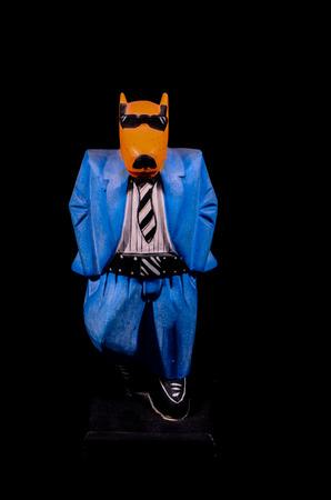 tete chien: Clay main Statue d'un homme avec la t�te de chien sur fond noir Banque d'images