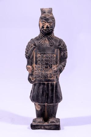 guerriero indiano: Statua Handmade argilla di un guerriero indiano su bianco Archivio Fotografico