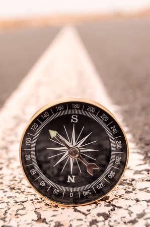 Travel Concept Kompas op de Asphlat Road