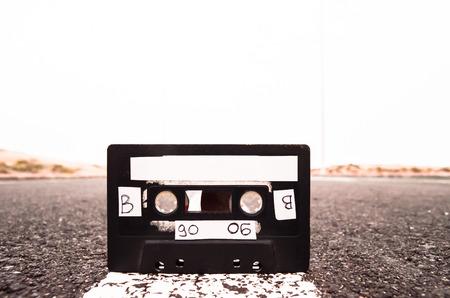 Oude Retro musicassette op de asfaltweg