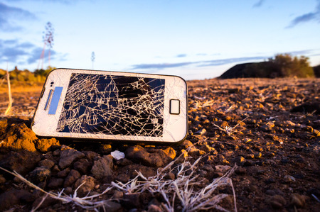 Witte Smartphone met Gebroken Display in de Woestijn