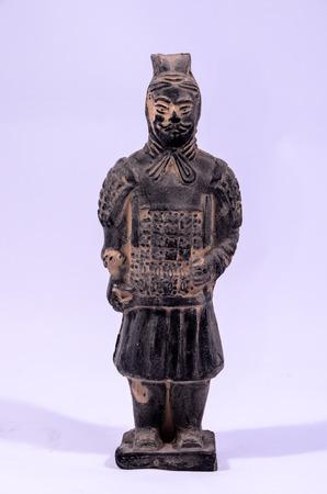 guerriero indiano: Statua Handmade argilla di un guerriero indiano su sfondo bianco
