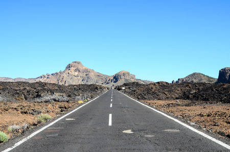 Lange lege woestijn asfaltweg in Canarische Eilanden Spanje