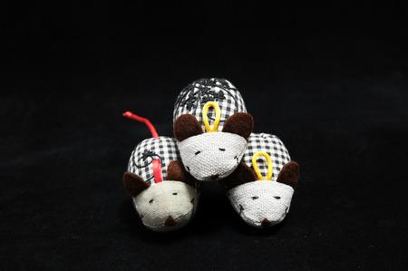 tela algodon: Rat�n del juguete hecha de tela de algod�n en un fondo Negro