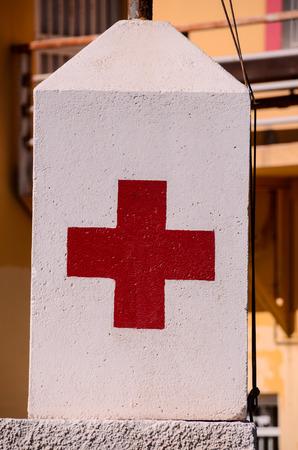 croix rouge: Croix-Rouge Signe m�dical sur un fond blanc Banque d'images