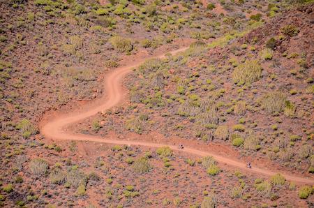 cenital: Vista aérea de una carretera del desierto en las Islas Canarias