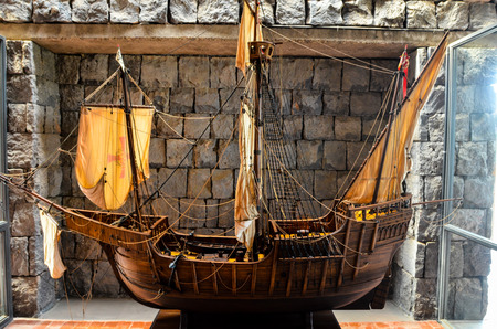pinta: Big Beautiful Vintage old Wooden Sail Boat Figurine