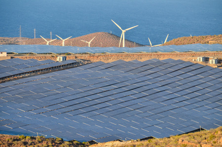 Renewable Energy Concept Solar Panels Field at Sunset Stockfoto