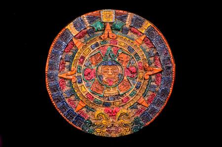 Typische gekleurde klei Maya Kalender Geïsoleerd op blackbackground Stockfoto