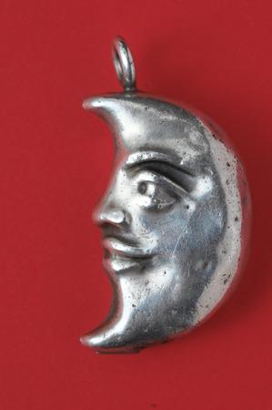 noche y luna: Media luna joya de plata sobre un fondo de color