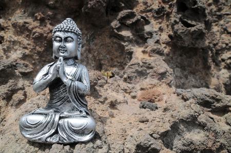 cabeza de buda: Una antigua estatua de Buda gris Cerca Del Oc�ano