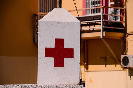 rood kruis: Red Cross Medical Sign Over a White Background