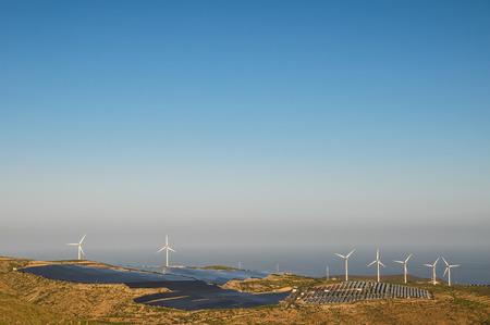 発電再生可能エネルギー風力タービンとソーラー パネル 写真素材