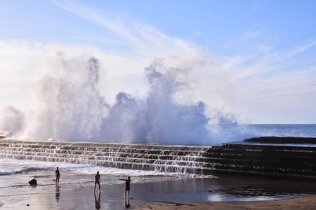mare agitato: Mare agitato con grandi onde che si infrangono sulla costa
