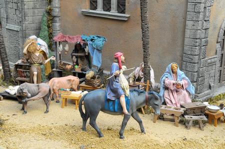 estrella de belen: Estatuilla tradicional europea en una escena de la Navidad del pesebre de la Natividad Foto de archivo