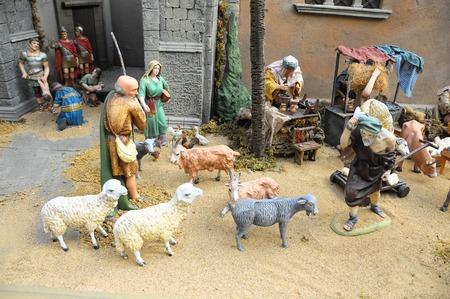 estrella de belen: Traditional European Statuette in a Christmas Crib Nativity Scene Foto de archivo