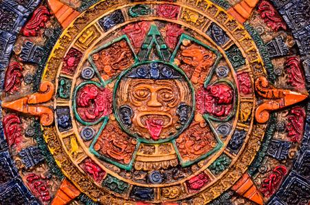 Calendario típico color arcilla Maya Aislado en blackbackground