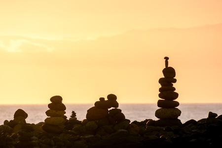 Foto Foto Stapel stenen op de zee strand
