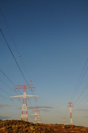 Energie-elektriciteit Power pyloon op een blauwe hemel