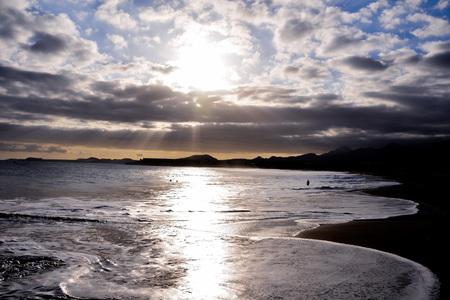海岸に大きな波が押し寄せる荒海