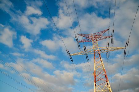 Hoogspannings elektrische transmissie toren energie pyloon Stockfoto - 93969734