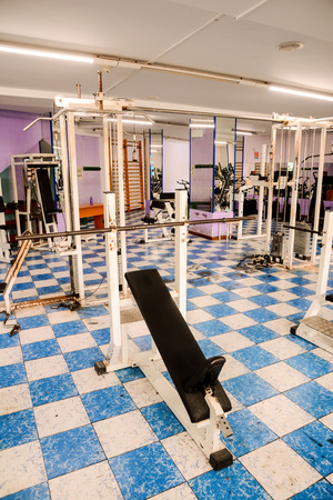 Equipment And Machines At The Empty Modern Gym Room Fitness Center Stockfoto