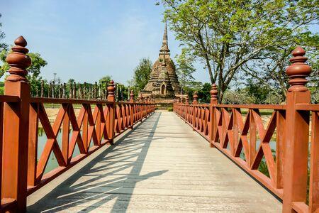 Puente de madera en el parque, hermosa fotografía digital.