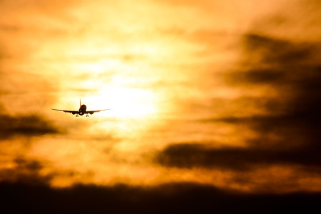 Photo picture Silhouette airplane flying on the sky 版權商用圖片