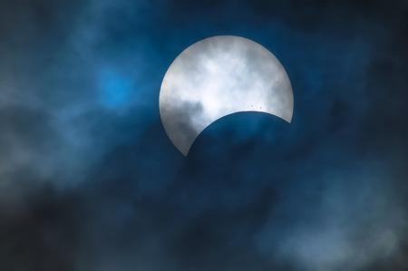 Eclipse solar parcial en un día nublado 03.11.2013 Foto de archivo