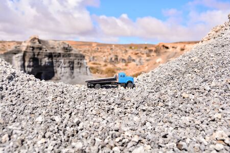 Conceptual Photo Picture of a toy car in the dry desert 版權商用圖片