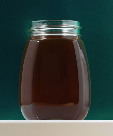 One Full Honey Jar on a Colored Background Stockfoto