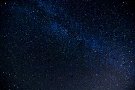 Gwiaździste nocne niebo z dużą ilością gwiazd w tle