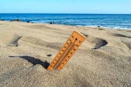 Photo Photo d'un thermomètre sur la plage de sable