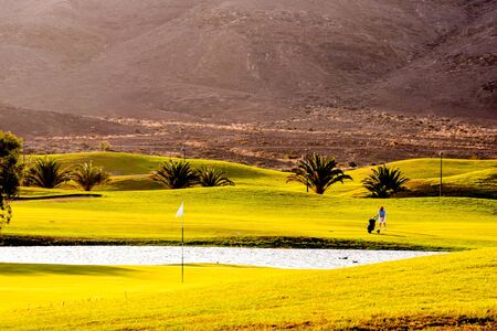 Golfbaan met prachtig groen in fuerteventura spanje canarische eilanden