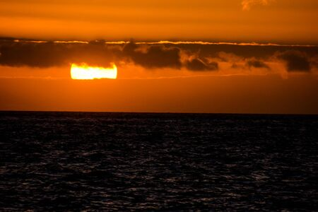Photo Picture of The Sun Setting in the Sea Stockfoto